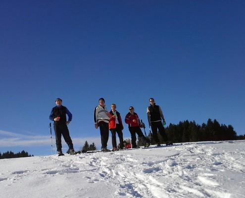Gruppe beim Schneeschuhwandern im Allgäu