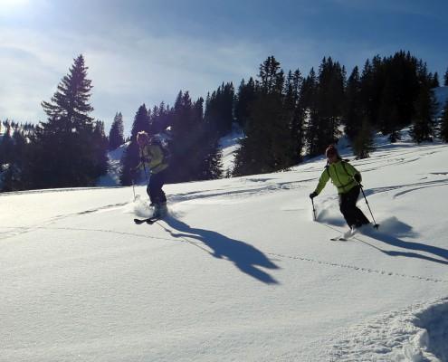 Abfahrt bei einer Skitour im Tiefschnee